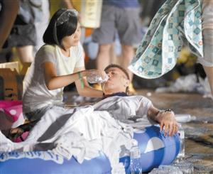 伤者躺在游泳圈里覆盖湿布接受救助