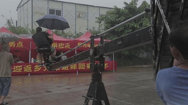 摇臂放雨伞