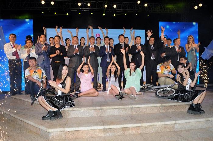表演人员上台庆祝六睦集团与世界休闲体育大会合作签约仪式取得圆满成功