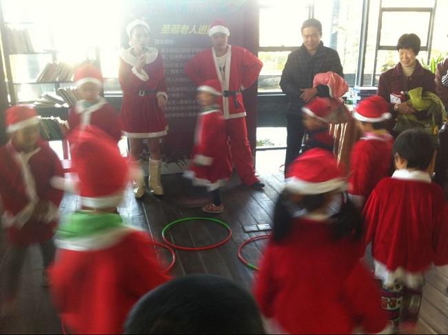 开盘活动策划圣诞老人进圈圈