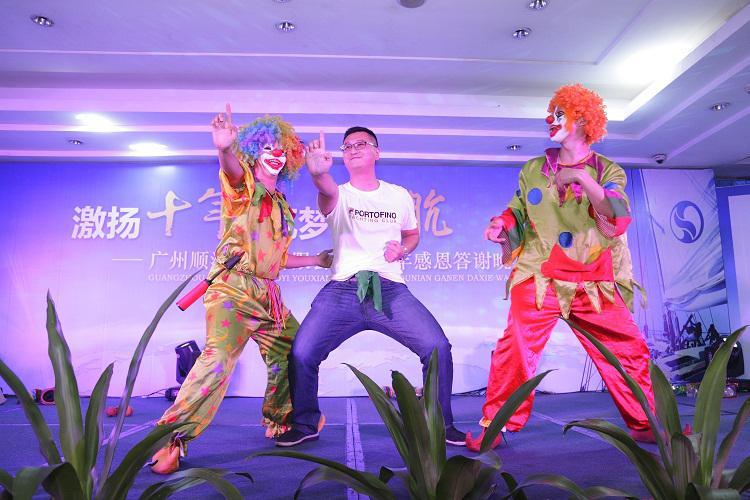 小丑与嘉宾的互动环节将庆典晚宴活动的气氛推向高潮