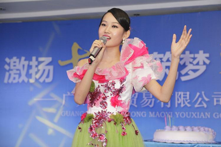 庆生仪式,女歌手领唱明天会更好