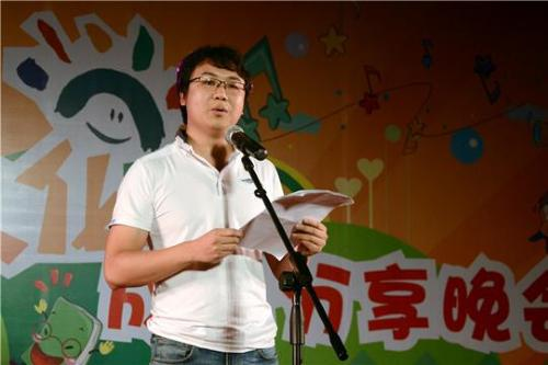 中山网总编辑王嘉飞宣布投票结果