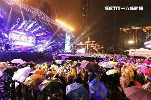 台北史上最烂跨年晚会 一万多人雨中呆站